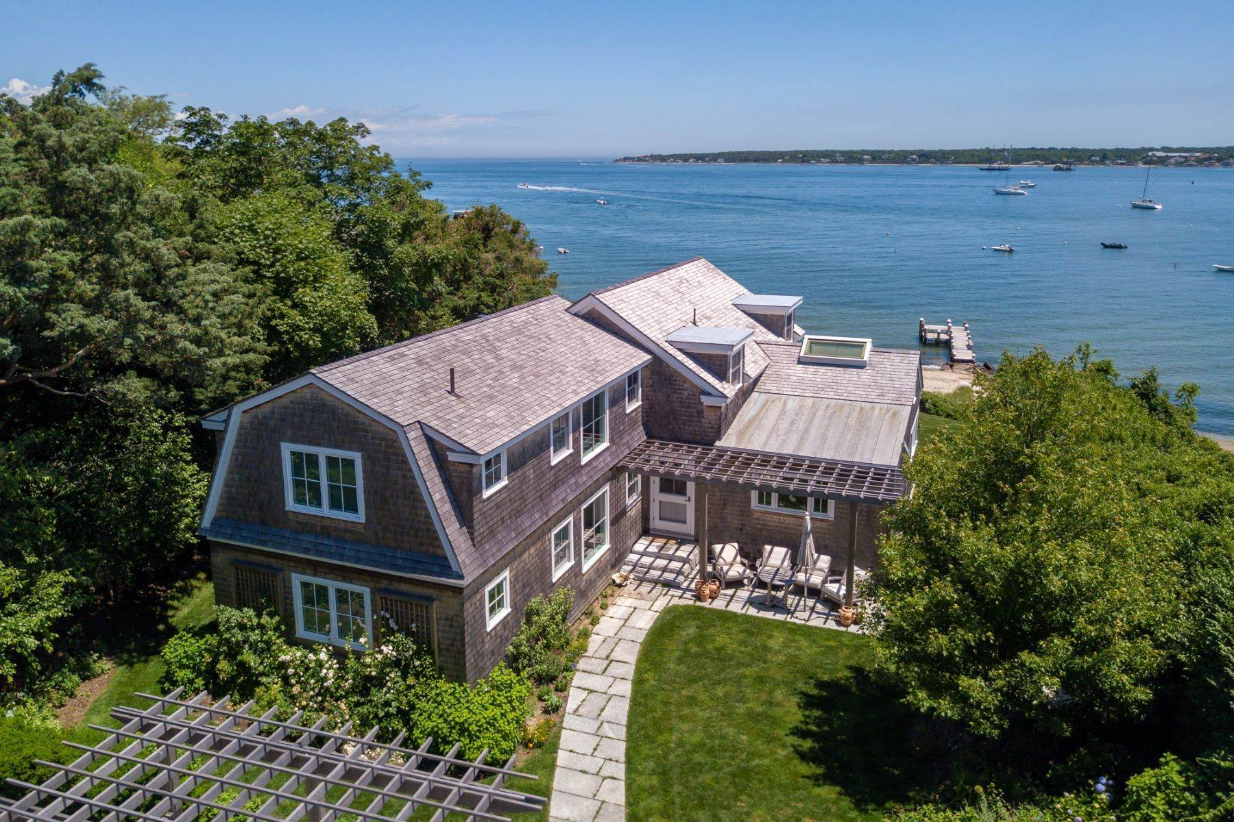 Single Family Homes per Vendita alle ore Harborfront Vineyard Haven home with private dock and sandy beach 88 Hatch Road, Vineyard Haven, Massachusetts, 02568 Stati Uniti
