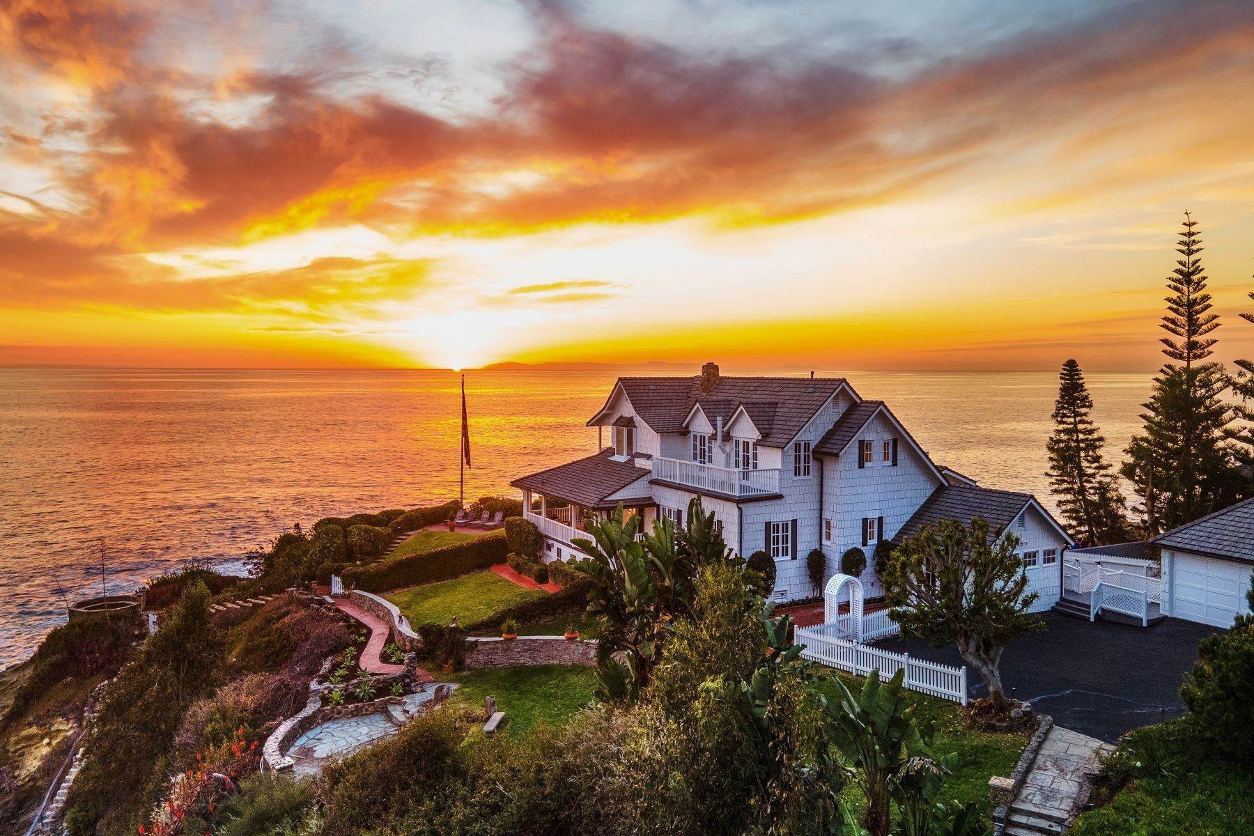 Single Family Homes per Vendita alle ore Moss Point Retreat 139 Moss Street, Laguna Beach, Laguna Beach, California, 92651 Stati Uniti